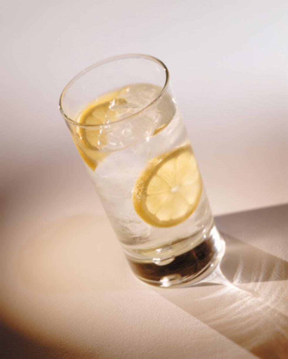 water-with-lemon-773063.jpg