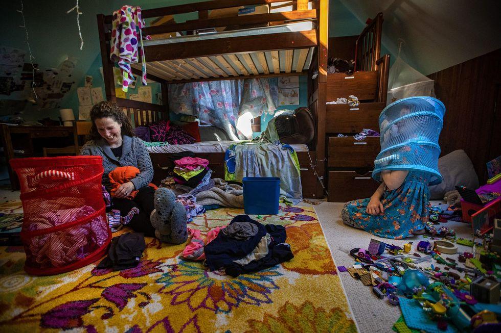 Shira หัวเราะขณะที่ Hallel วางตะกร้าผ้าไว้บนหัวของพวกเขา