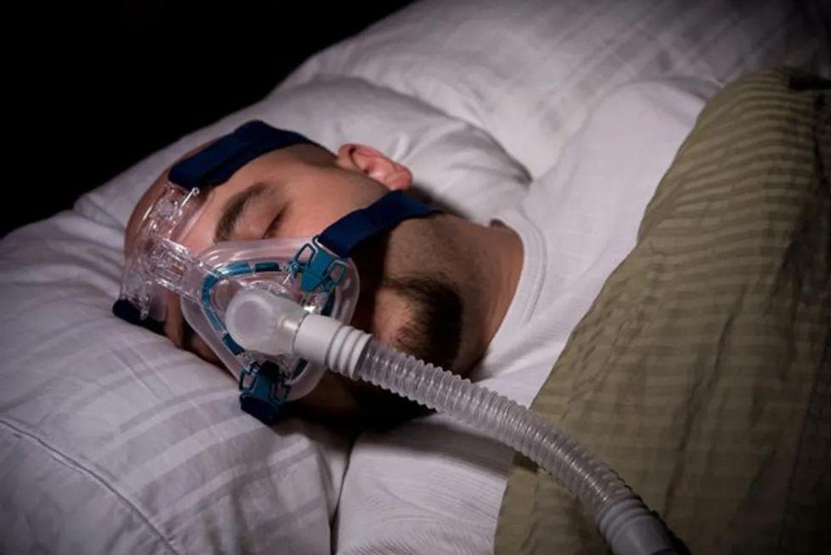 man sleeping using a cpap machine
